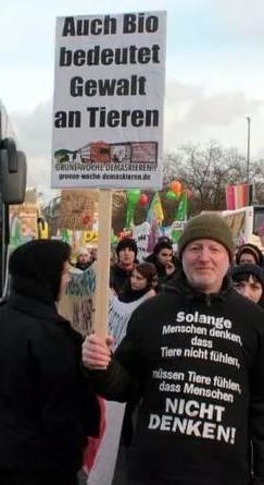 """Auch Bio ist Gewalt an Tieren – Plakat auf der Berlin-Demo """"Wir-haben-es-satt""""."""
