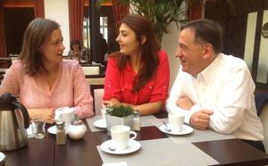 Beim gemeinsamen Frühstück: Antje Blättner, Katharina Kalinin und Wolfgang Matzner
