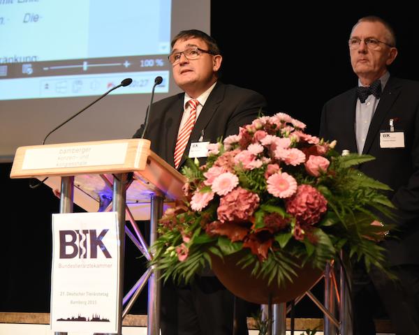 Komplexes Thema – konkrete Empfehlungen: Prof. Martin Kramer und Dr. Friedrich Röcken stellen die Forderungen des 27. Deutschen Tierärztetages zum Thema Qualzucht vor. (Foto: ©WiSiTiA/hh)