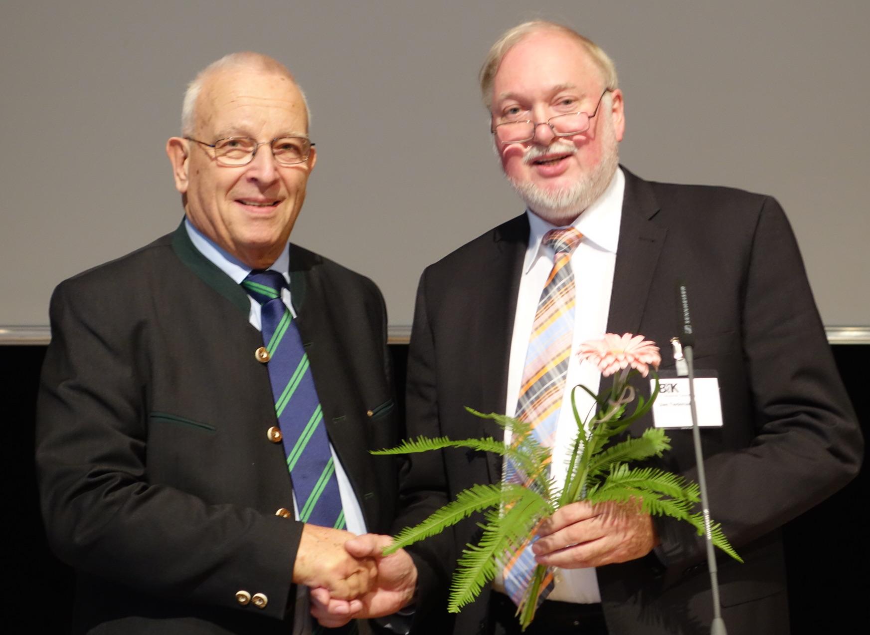 Neuer und alter Präsident der Bundestierärztekammer: Prof. Dr. Theo Mantel (links) gratuliert seinem Nachfolger Dr. Uwe Tiedemann. (Foto: ©WiSiTiA/jh)