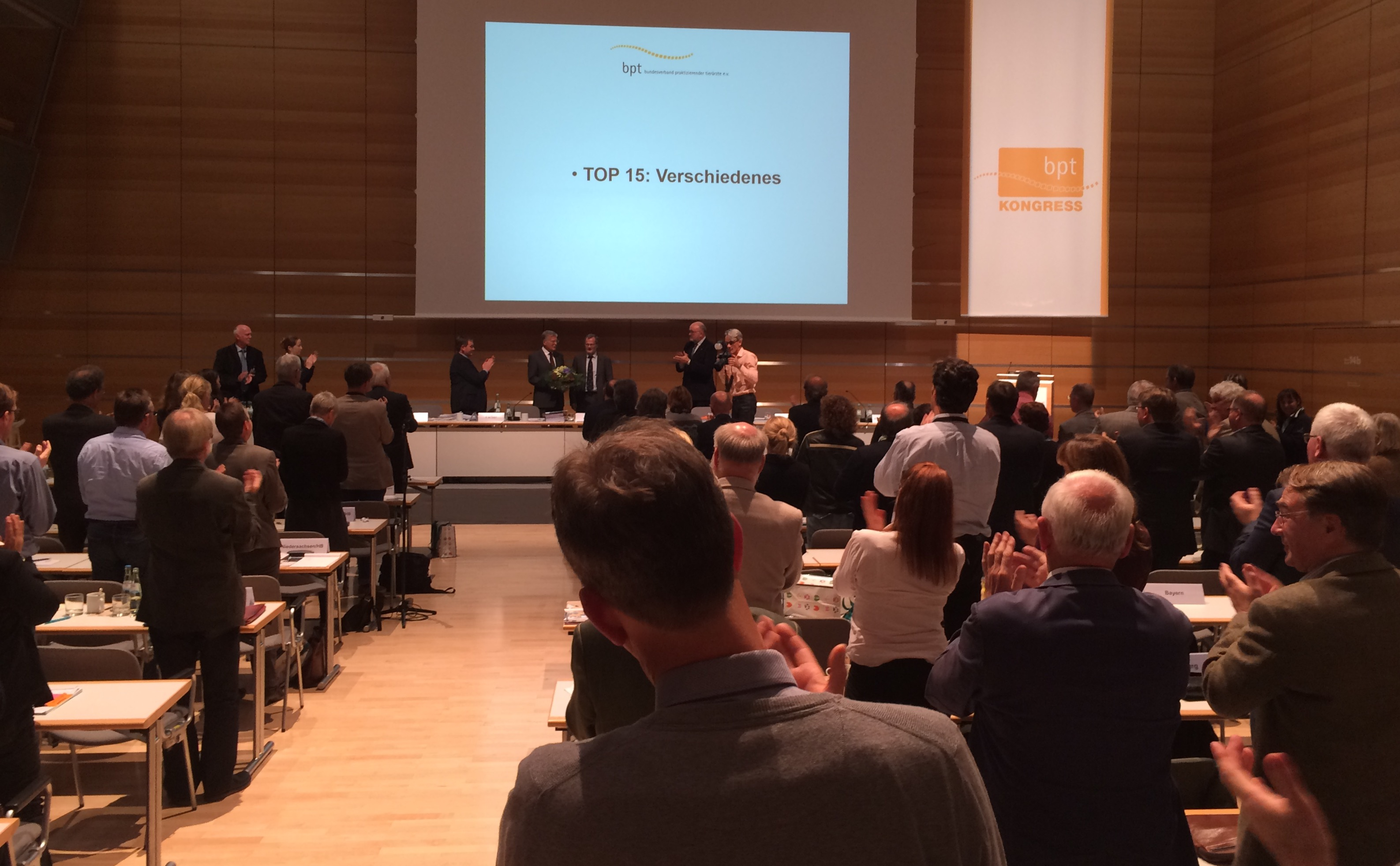 Mit stehendem Applaus bedankt sich die Mitgliederversammlung bei Dr. Hans-Joachm Götz für die zwölfjährige Arbeit als bpt-Präsident. (Foto: ©WiSiTiA/jh)