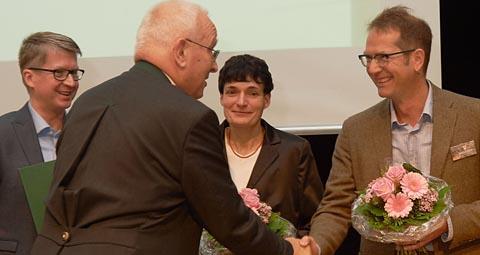 Prof. Theo Mantel, Präsident der Bundestierärztekammer, gratuliert dem Team
