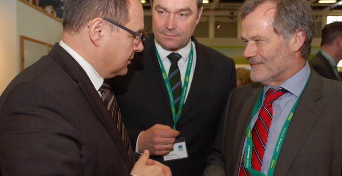Kein Verbot von Reserveantibiotika – Bundeslandwirtschaftsminister Christian Schmidt (links) im Gespräch mit bpt-Präsident Dr. Siegfried Moder (rechts) auf der Grünen Woche. (Foto: © Golombek/bpt)