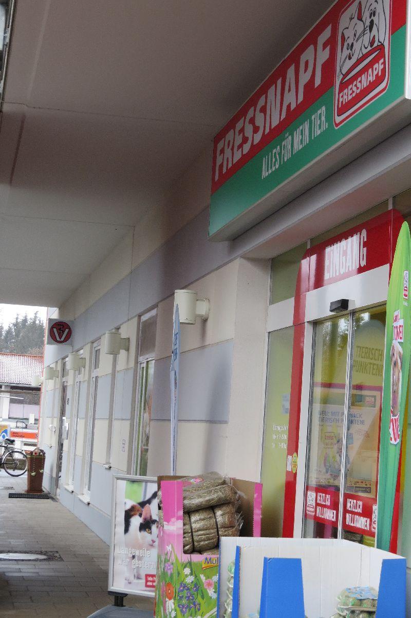 Gute Nachbarn, aber geschäftlich nicht verbandelt: Tierarztpraxen als Fressnapf-Nachbarn gibt es auch heute schon – hier in Rosenheim. (Foto: WiSiTiA/aw)