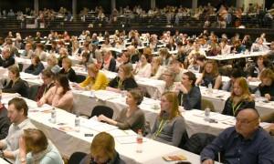 Tiermediin wird weiblich: Kongresse sind ohne Kinderbetreuung längst undenkbar, das Geschlechterverhältnis im Auditorium spricht Bände. (Bild: Henrik Hofmann)