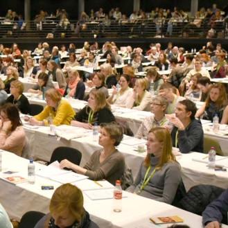 Tiermediin wird weiblich: Kongresse sind ohne Kinderbetreuung längst undenkbar, das Geschlechterverhältnis im Auditorium spricht Bände. (Foto: ©WiSiTiA/Henrik Hofmann)