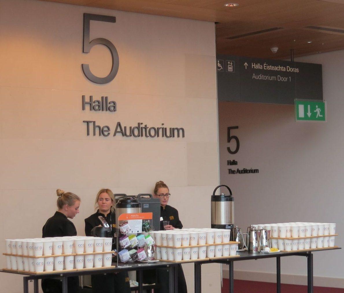 Doppelstöckige Kaffeebecher – effizientes Catering ersparte den Besuchern lange Wartezeiten. (Foto: © WiSiTiA/aw)