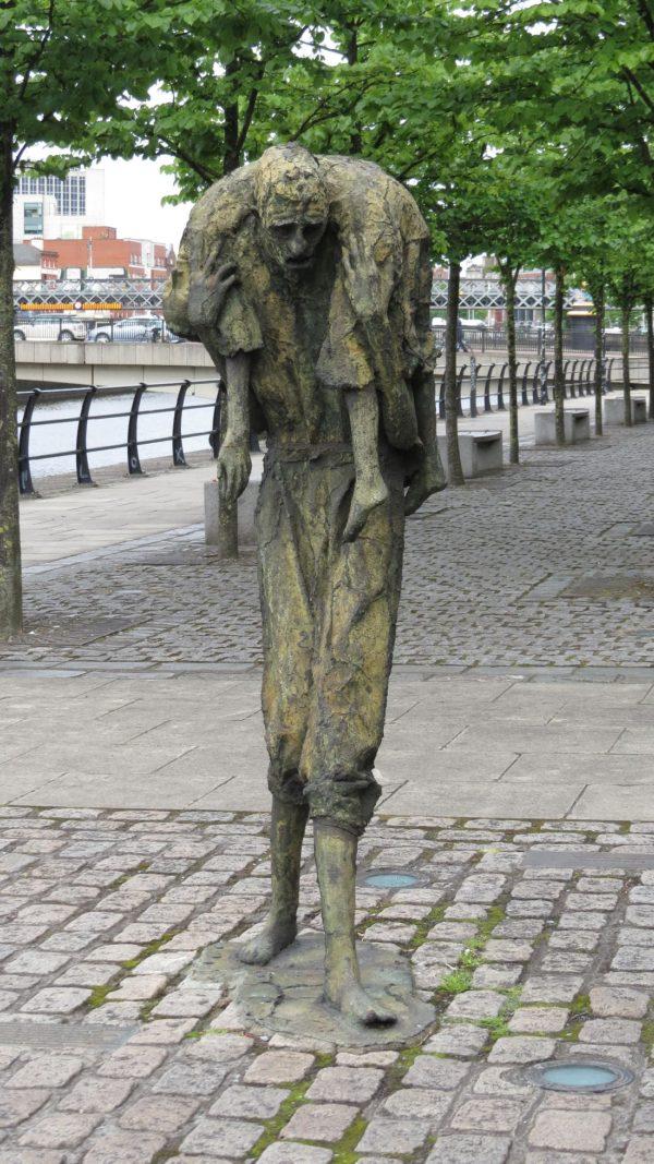 Famine Monument in Dublin: Es erinnert an die großen Hungersnot von 1845 bis 1849, die viele Iren auswandern ließ.