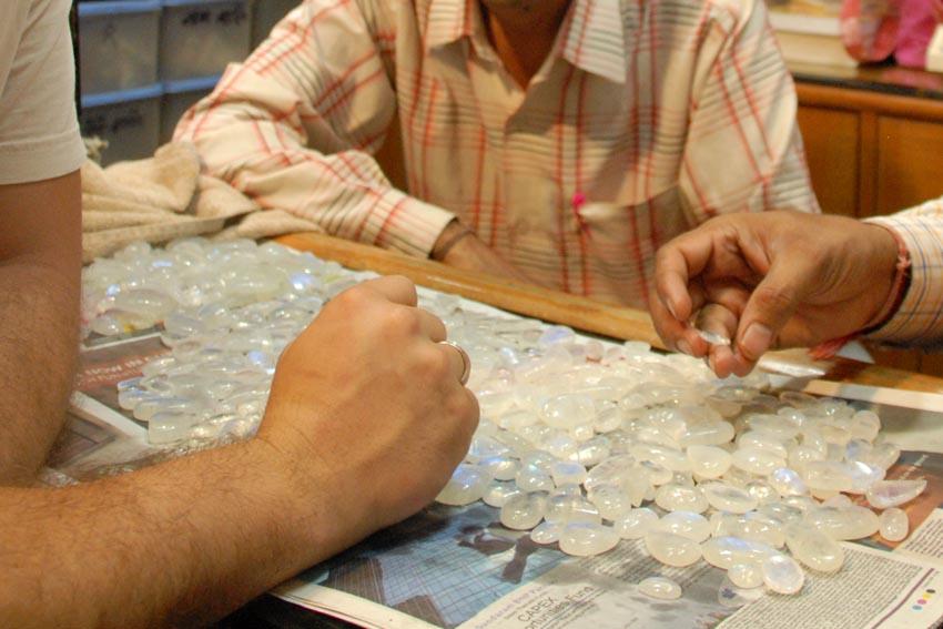 """""""Besessen von der Schönheit der Steine"""" – Mondstein-Kauf in Delhi (Foto: © Henrik Hofmann)"""