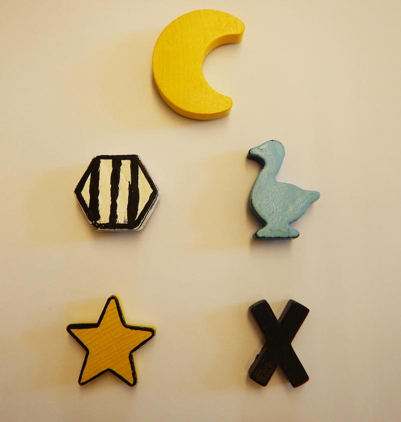 """Die Symbole der """"Spielmarken"""", mit denen die Hunde eine Futterspende auslösen konnten. (Foto: © Vetmeduni Wien)"""
