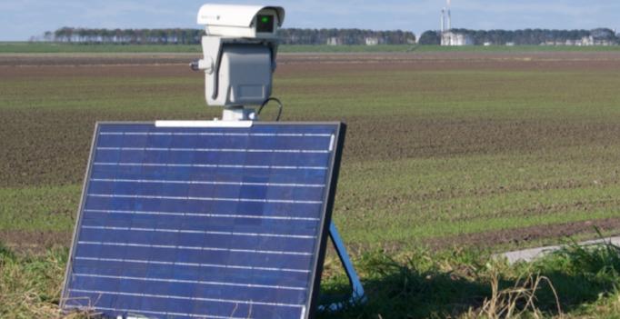 Laser mit Solarmodul auf Grünfläche – ein grüner Laserstrahl soll Wildvögel von Auslaufflächen für Nutzgeflügel vertreiben.