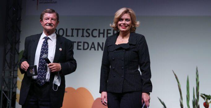 Prof. Jörg Hartung – Ministerin Julia Klöckner – Preisverleihung Bundeslandwirtschaftsministerin Julia Klöckner zeichnet Prof. Dr. Jörg Hartung mit der Prof. Niklas-Medaille 2020